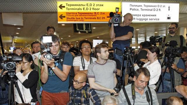Journalisten am Flughafen in Moskau hoffen, Snowden anzutreffen. (reuters)
