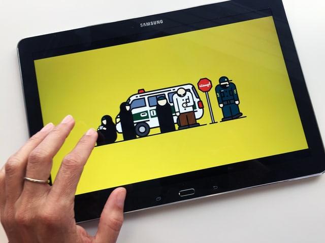 Eine Hand vor einem Tablet. Auf dem Tablet die grafische Darstellung mehrerer verschleierter Personen und eines Autos auf gelbem Grund.