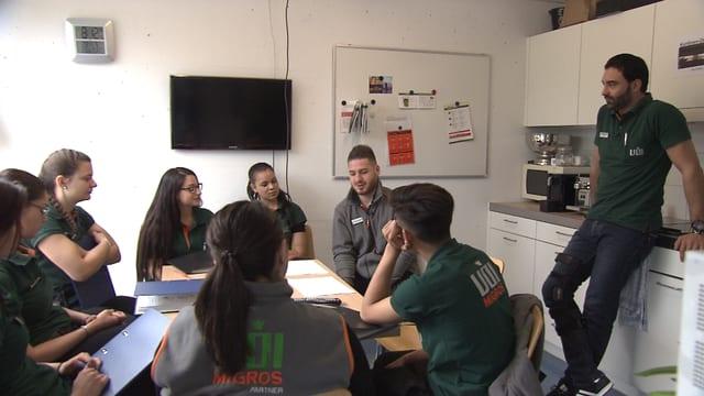 Zusätzlich büffeln fürs Examen: Erhan Erman versammelt seine Lernenden regelmässig zur gemeinsamen Prüfungsvorbereitung