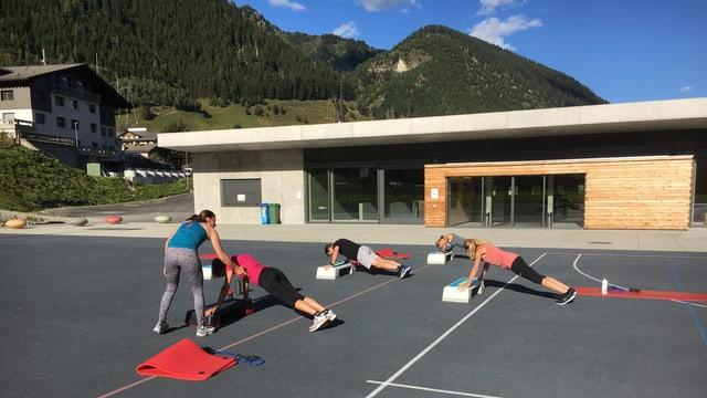 Prisca Gerber-Lutz, la trenadra da fitness, mussa co far ils exercizis