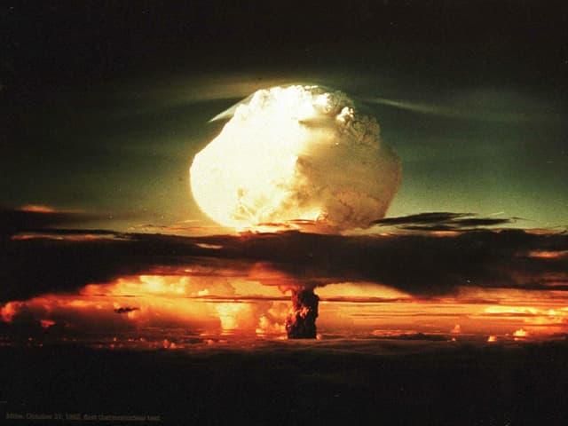 Der Atompilz der Exlosion ist bis weit in den Himmel zu sehen.