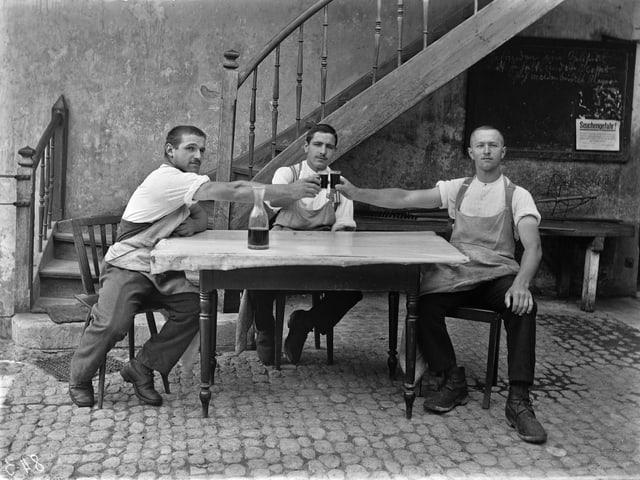 Käsereigehilfen in der Käserei Gondiswil beim Anstossen.