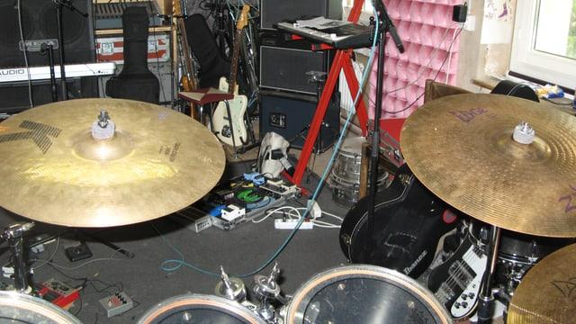 Proberaum im Sedel mit Schlagzeug und Gitarren. Ziemliches Durcheinander.
