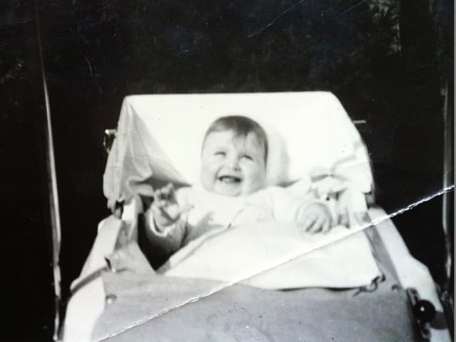 KLeines Baby im Kinderwagen.