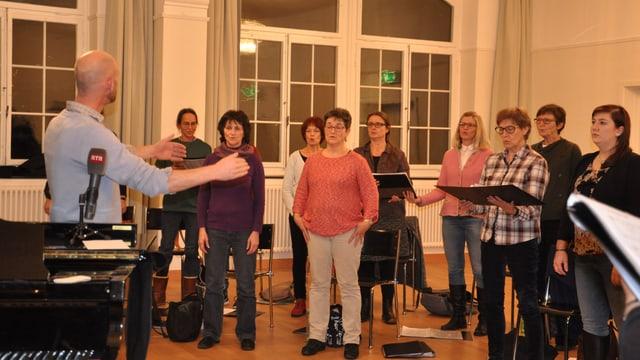 Remo Weishaupt dirigia il Chor maschadà grischun Turitg.