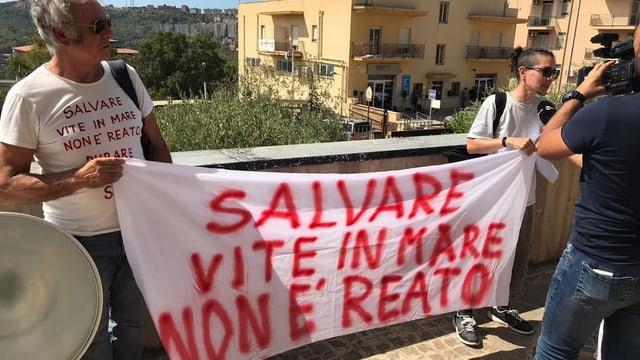 Demonstranten halte ein Banner