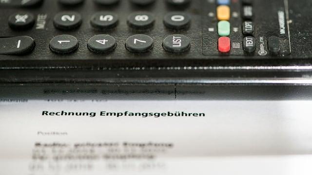 Fernsehapparat, darunter eine Rechnung.