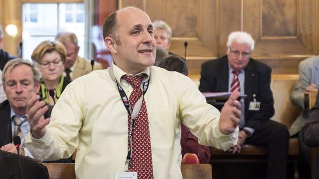 Der Zürcher SVP-Kantonsrat Claudio Schmid steht im Zürcher kantonsrat und fordert während einer Debatte ein Autoverbot für Sozialhilfebezüger.