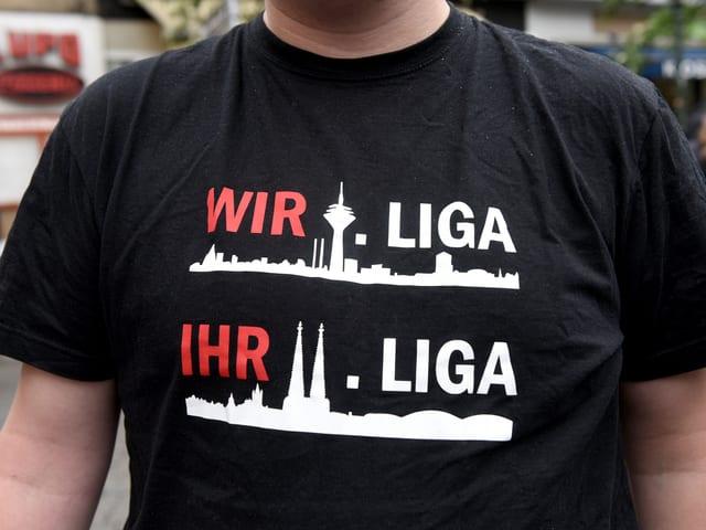 Ein Fortuna-Fan mit neckischem T-Shirt.