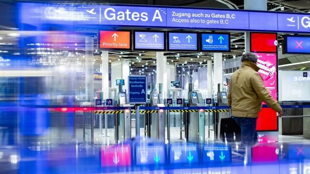 Der geschlossene Eingang zur Sicherheitskontrolle am Flughafen Düsseldorf.