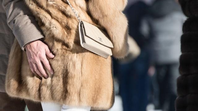 Männerhand auf Damenhintern in Pelz gehüllt