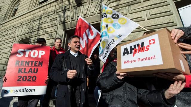 Ils 17 da december 2013 aveva l'Uniun sindicala svizra inoltrà l'iniziativa.
