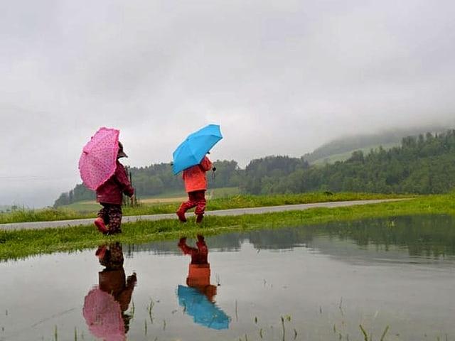 Zwei Kinder im Regen.
