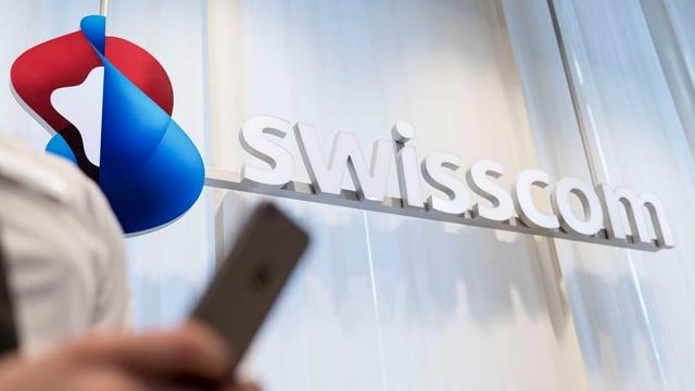 In maun cun in telefonin stattan davant ina paraid cun scrit si Swisscom.