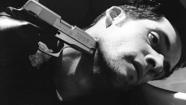 Mann mit Pistole am Hals.