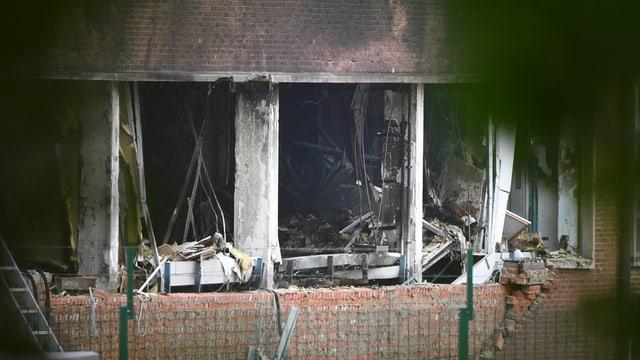 Zerbrochene Fensterscheiben und eine rauchgeschwärzte Fassade.