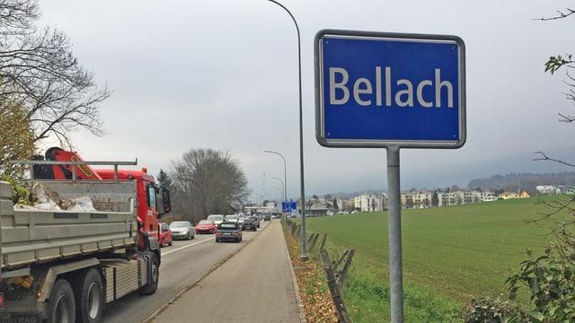 Ortsschild von Bellach mit Stau auf der Strasse