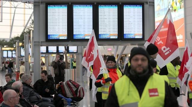 Gewerkschaft Verdi streikt am Düsseldorfer Flughafen. (Archiv)