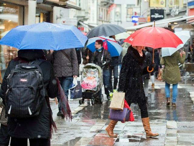 Das Bild zeigt eine autofreie Einkaufsstrasse in Konstanz. Viele Menschen sind trotz Schneeregen unterwegs. (keystone)