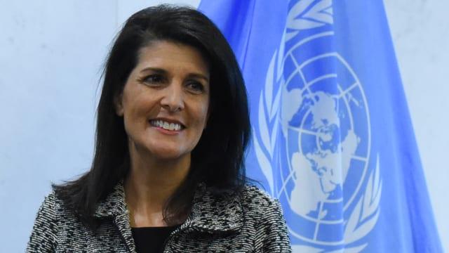 Frau vor UNO-Flagge