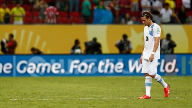 Diego Forlan schreitet mit gesenktem Kopf über den Rasen.