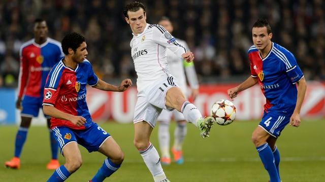Elneny und Degen attackieren Bale.