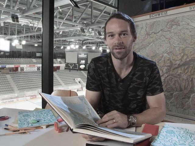 Remo Käser mit Buch