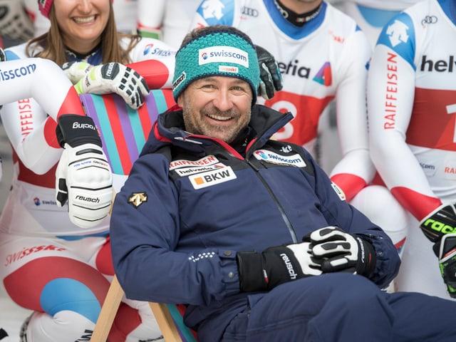 Beat Tschuor sitzt bei einem Medientermin von Swiss Ski in einem Stuhl und lächelt.