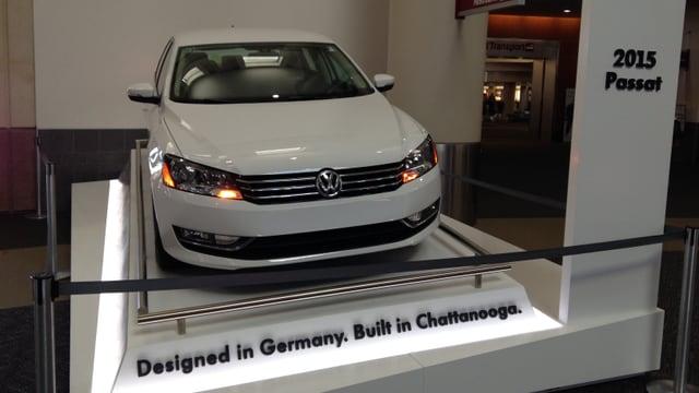 Ein VW-Auto steht ausgestellt am Flughafen