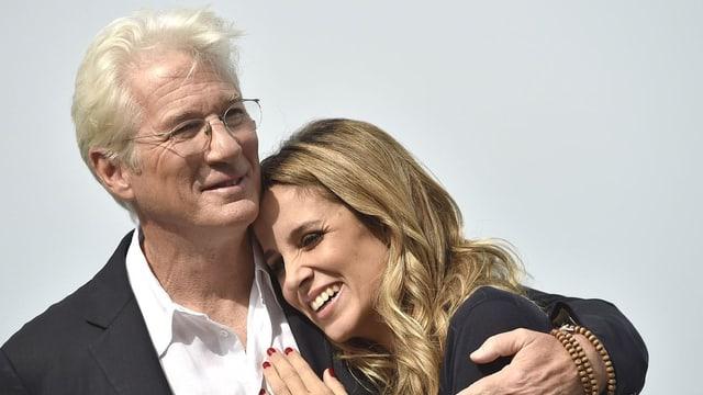Richard Gere umarmt seine jüngere Frau Alejandra.