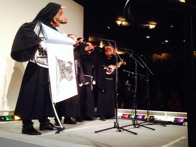 Schnitzelbangg Schunggebegräbnis auf der Bühne: Vier Schweine.