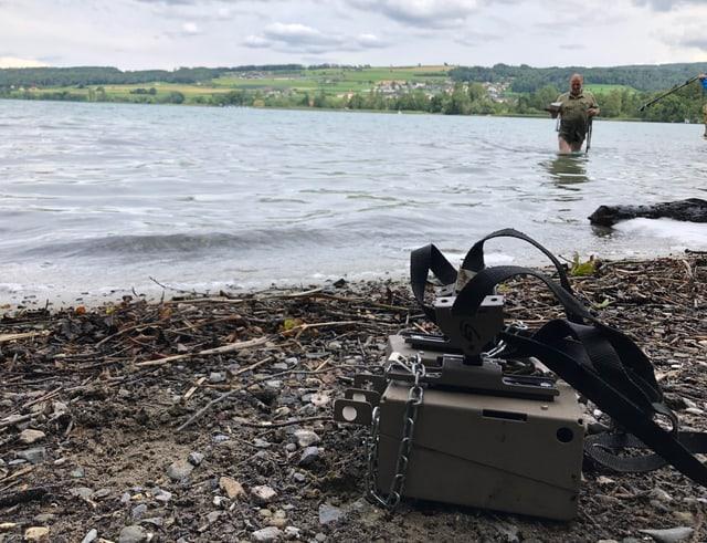 Hans Döbeli von der kantonalen Sektion für Jagd und Fischerei holt die Fotofallen aus dem Hallwilersee heraus.