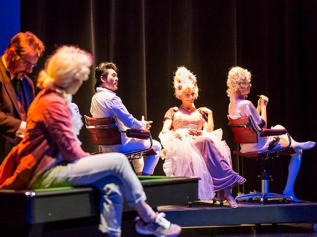 Bühne mit sitzenden kostümierten Schauspielern