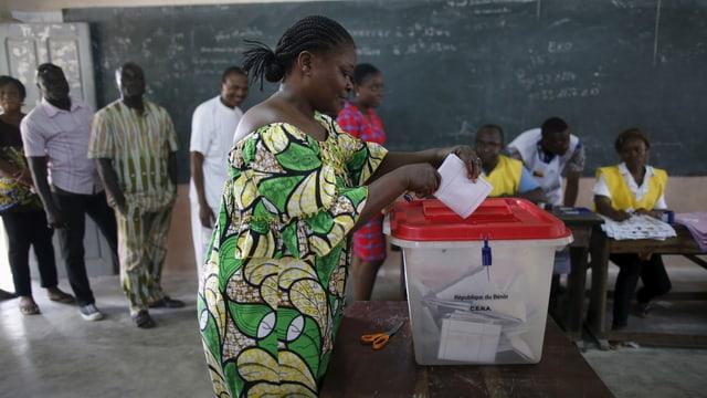 Eine Frau gibt in einem Wahllokal ihre Stimme ab.
