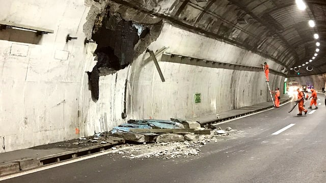 Loch in der Tunnelwand des San Salvatore-Tunnels bei Lugano.