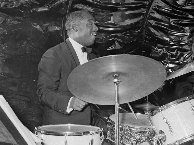 Schlagzeuger Kenny Clarke spielt sein Instrument.