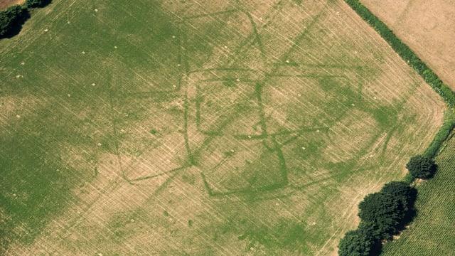 Fotoaufnahme Umrisse eines römischen Bauernhofs in einem Feld
