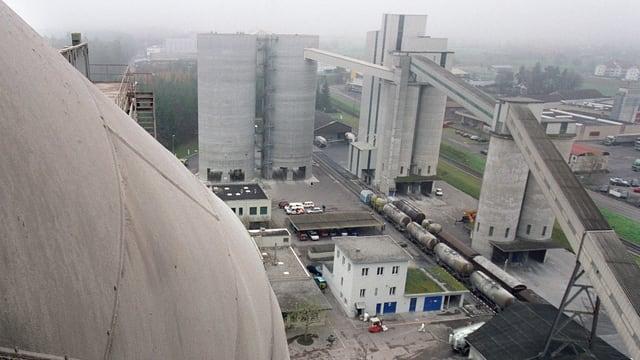 Areal einer Zementfabrik aus der Vogelperspektive