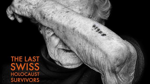 alte Frau verdeckt ihr Gesicht, auf Arm tätowierte Nummer sichtbar