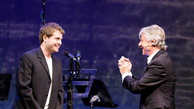 Emil macht eine Geste des Dankes zu Gabriel Vetter