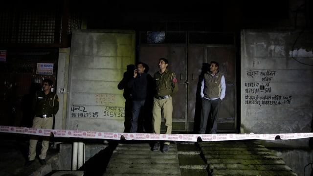 Polizia davant il deposit ch'ha ars.