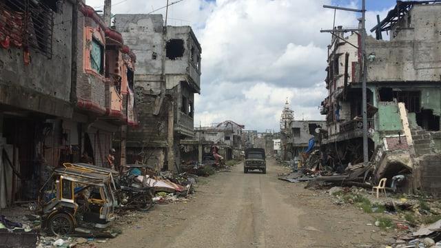 Strasse mit zerstörten Häusern.