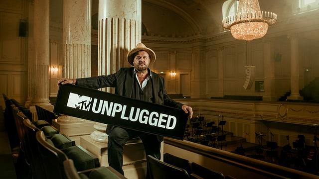 Büne Huber mit MTV Unplugged Logo