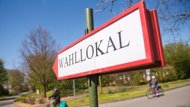 In placat cun l'inscripziun «Wahllokal».
