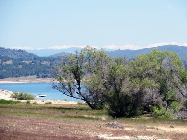 Die Gipfel der Sierra Nevada am Horizont