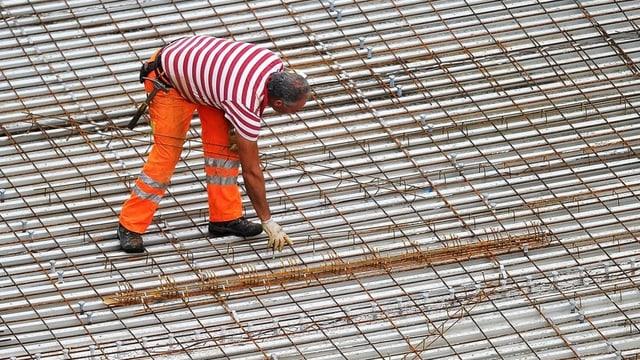 Bauarbeiter macht Betoneisen bereit.