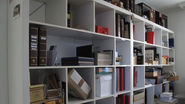 Bücherregal mit Briefmarkenalben