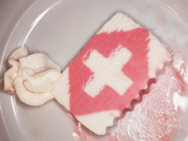Teller mit Glace in Form eines Schweizerkreuzes.