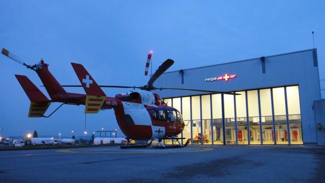Ein Helikopter steht vor der Rega-Basis am EuroAirport