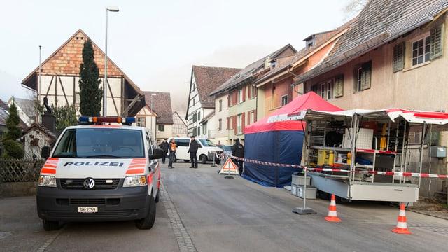 Die Polizei ist in Schaffhausen mit einem Grossaufgebot am Tatort.